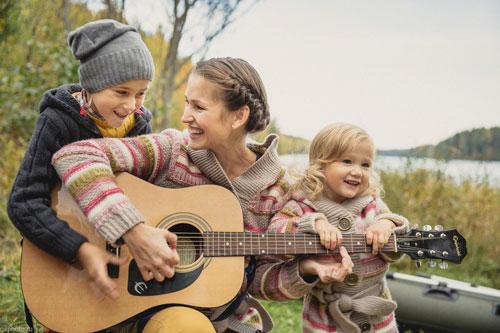 идеи семейной фотосессии у костра с гитарой