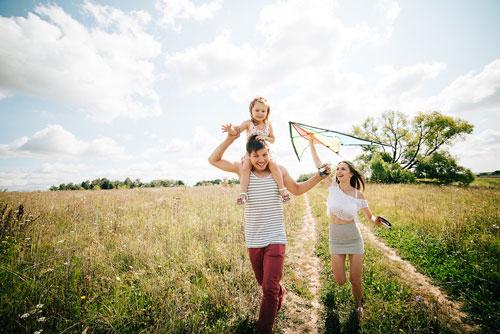 семейная фотосессия летом: запуск змея