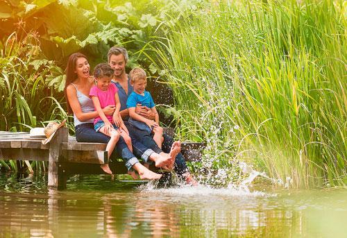 Семейная фотосессия летом: лучшие идеи на мостике