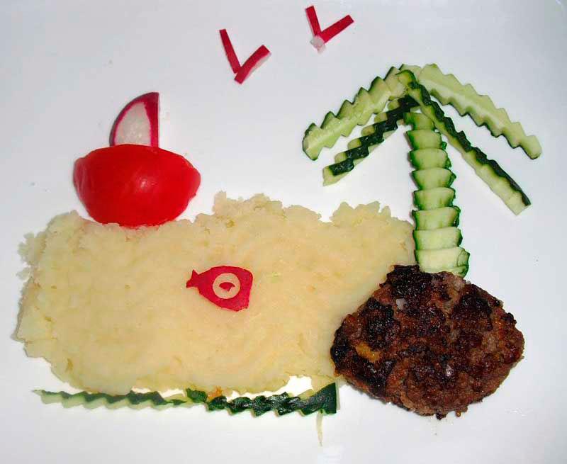 картофельное пюре с котлетой и огурцом