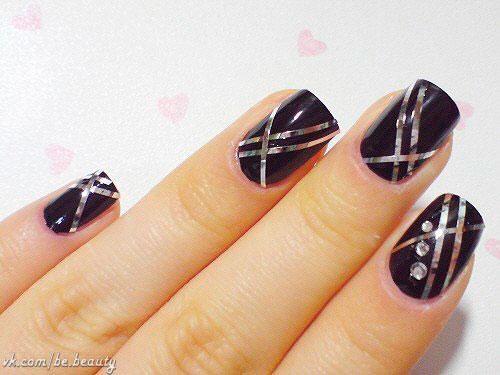 ногти покрыты черным лаком