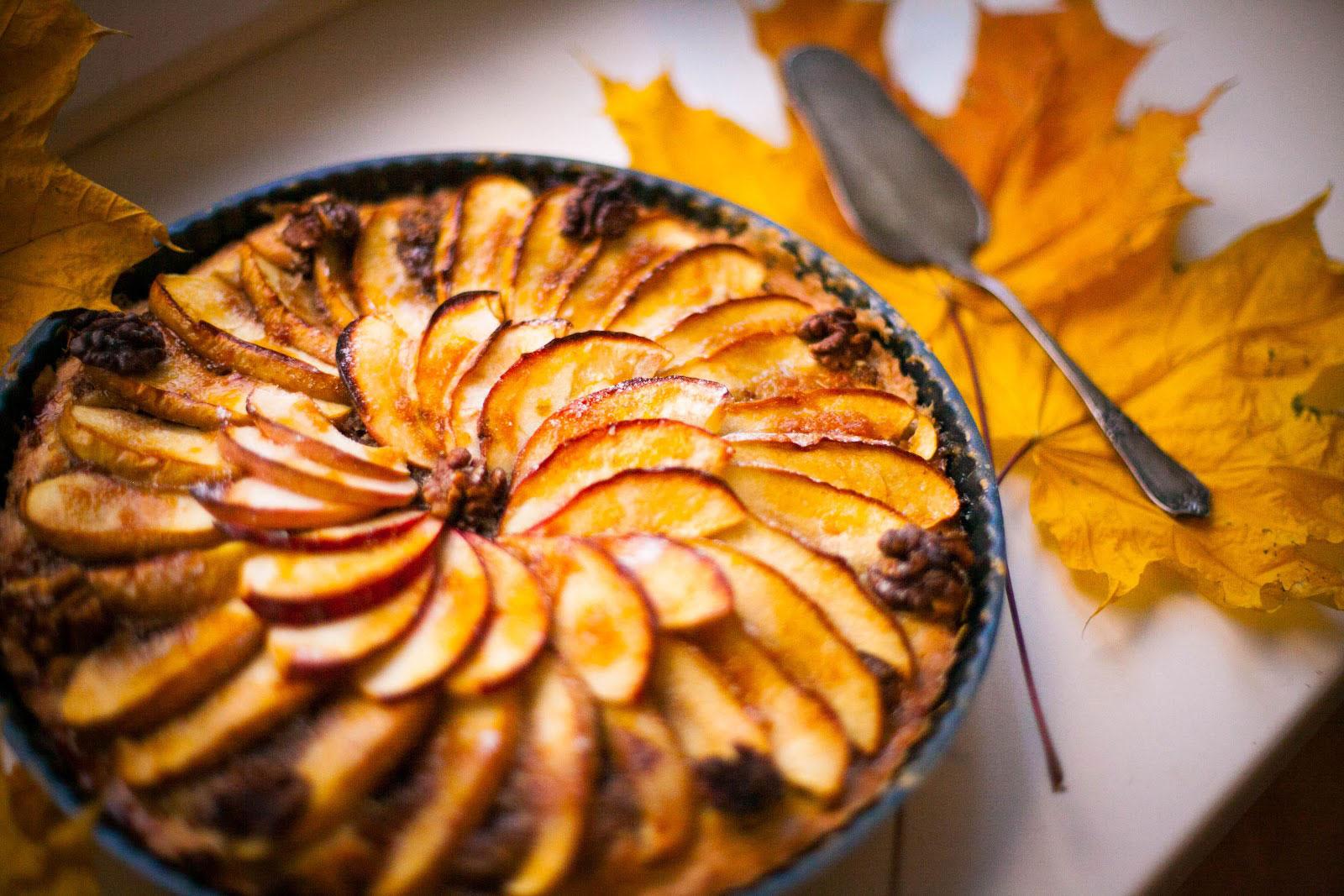 Осенний пирог с яблоками и орехами