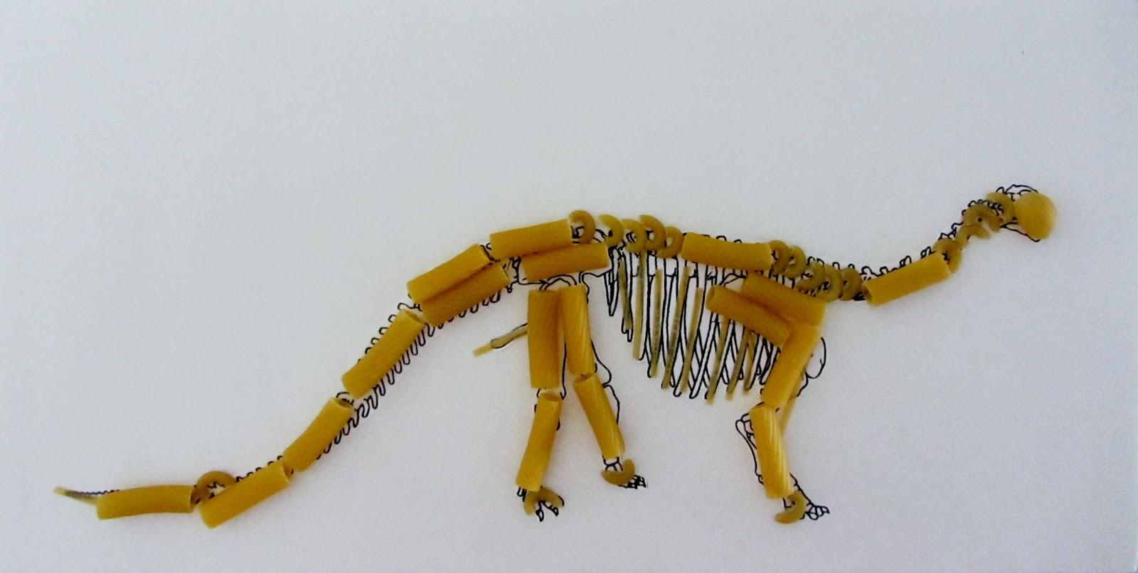 Скелет динозавра из макарон