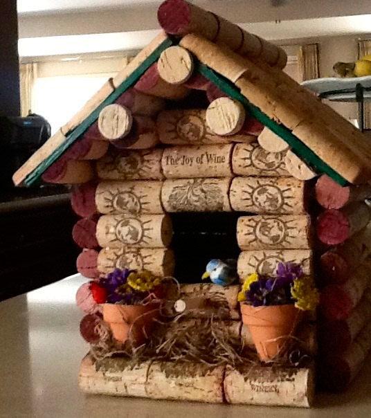 маленький домик из винных пробок