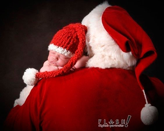 малыш на плече у Деда Мороза