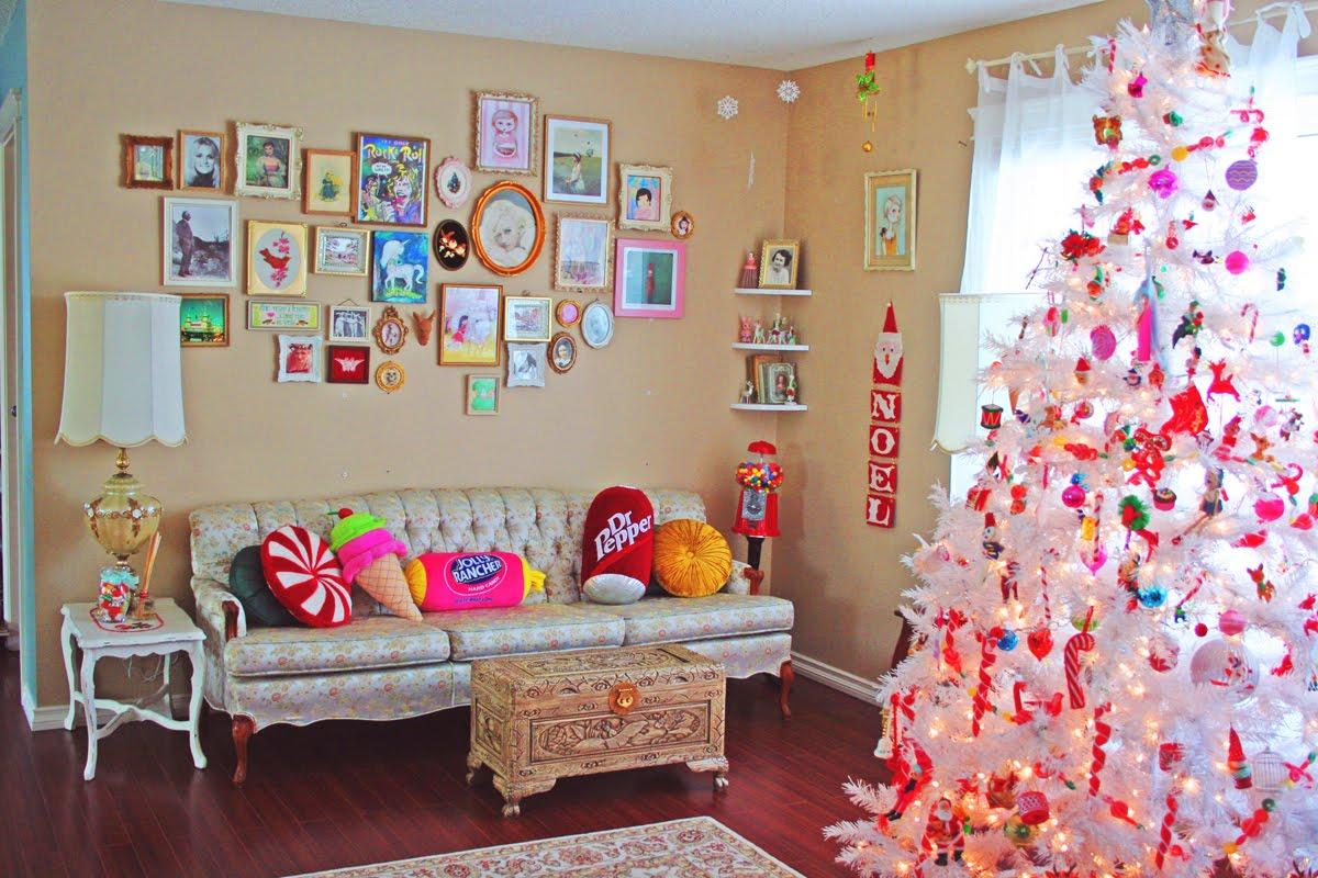 елка в комнате девочки