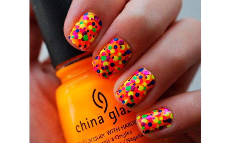 пятнистый дизайн на короткие ногти