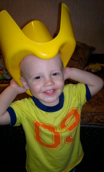 ребенок с горшком на голове
