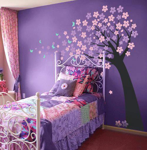 одна стена выкрашенна в яркий фиолетовый оттенок в детской комнате
