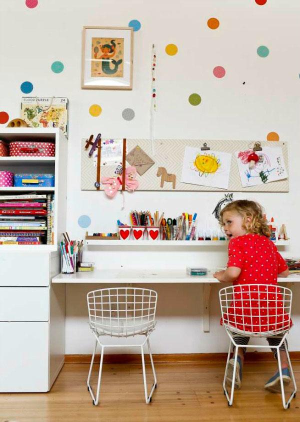 выставка рисунков в детском творческом уголке