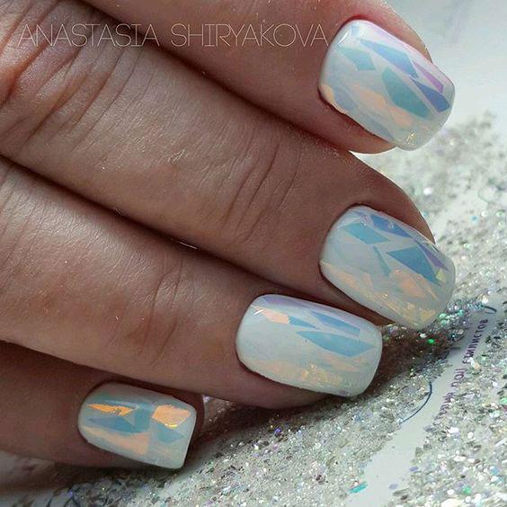 красивый маникюр битое стекло на белых ногтях
