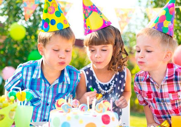 дети задувают свечи для развития речевого дыхания