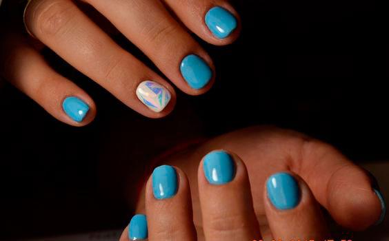 маникюр битое стекло на голубых ногтях