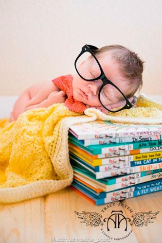 самые яркие идеи для фотосессии новорожденных: малыш и книги