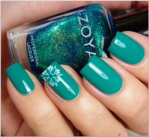 Новогодний вариант покрытия ногтей в изумрудном цвете 1