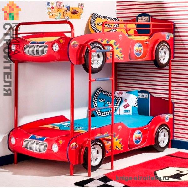 двухъэтажная кровать машина в детской комнате для двух мальчиков