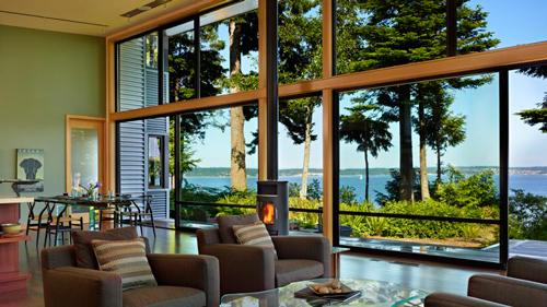 красивый вид из окна часного дома