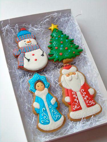 Дед мороз и снегурочка на новогоднем печенье