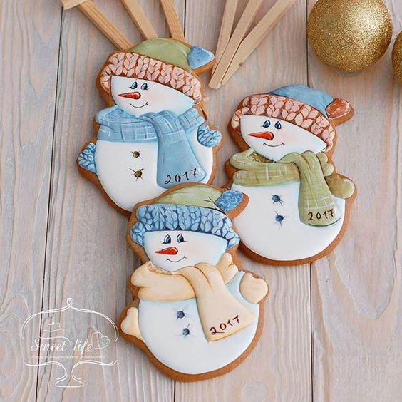новогоднее печенье со снеговиком