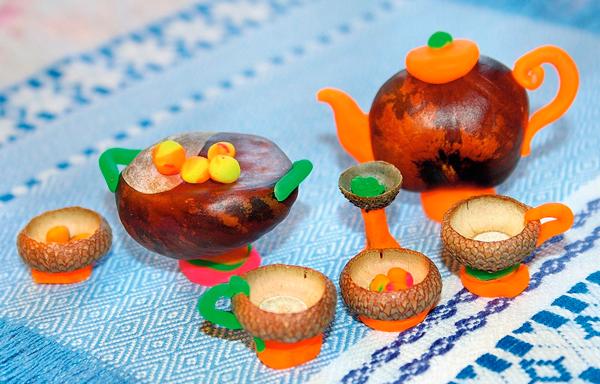 чайный набор из желудей и каштанов