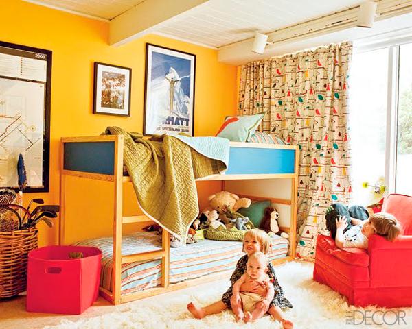 двухэтажная кровать в маленькой комнате для двух детей