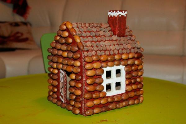 поделка для детского сада: домик из желудей и пластилина