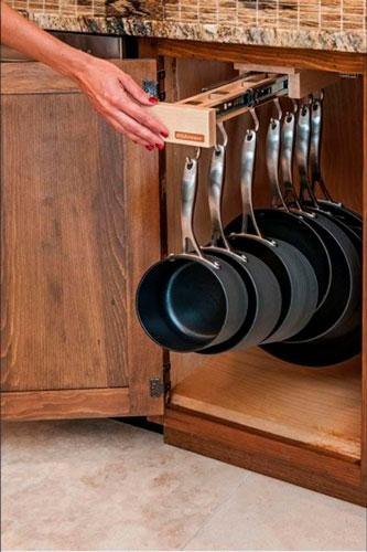 идея как навести порядок на маленькой кухне: хранение сковородок