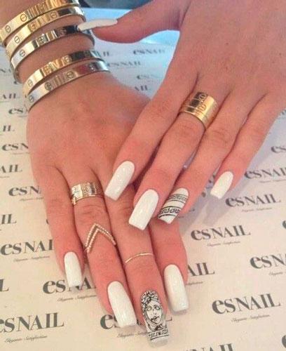 дизайн ногтей в белом цвете с золотым рисунком 2