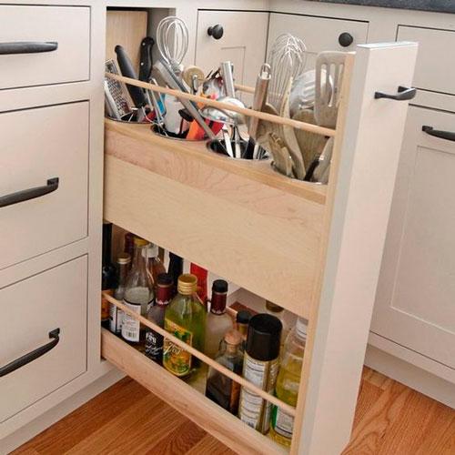 идея как навести порядок на маленькой кухне: бутылки