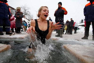 как правильно купаться на крещение женщине