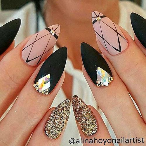 темные острые ногти