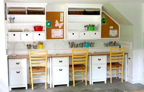 расположение письменных столов в детской комнате для трех детей