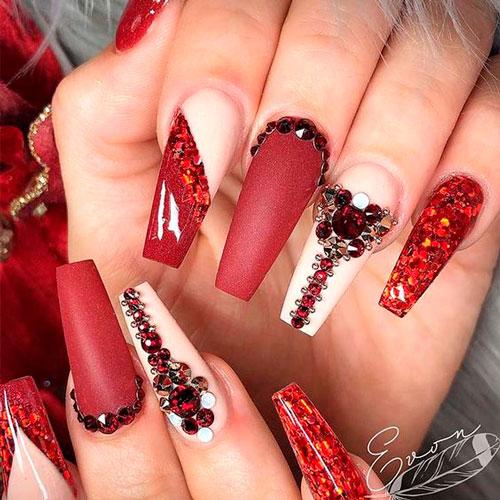 красные ногти формы балерина дизайн с камнями