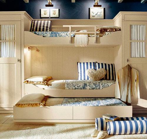 расположение кроватей в детской для трех детей