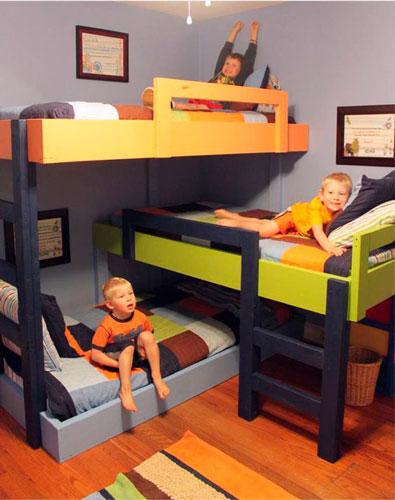 кровати расположены под углом в детской для троих детей