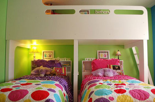 яркие цвета в детской комнате для трех детей