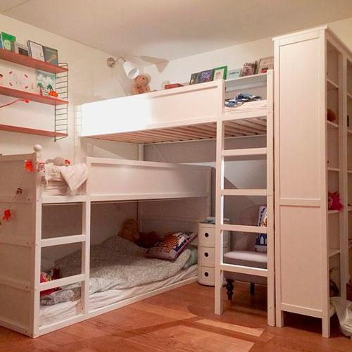 три кровати в детской комнате