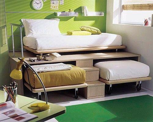 комната для трех детей с кроватями под подиумом