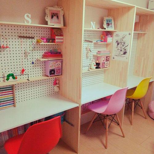 фото расположения рабочего места в комнате для трех детей 7