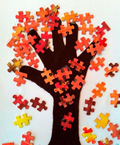 Осенняя аппликация из листьев для малышей с ладошкой