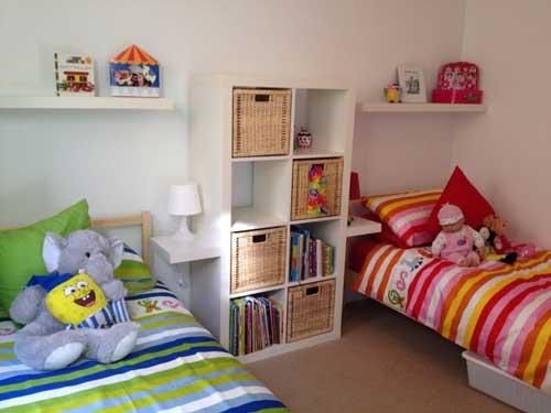 расположение кроватей в детской комнате для двоих детей 5