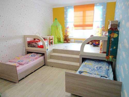 выкатные кровати в комнате для двух детей