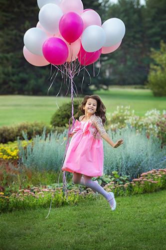 девочка с розовыми шарами на фотосессии