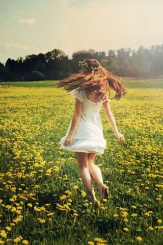 Идеи для фотосессии для девушек весной: в одуванчиках