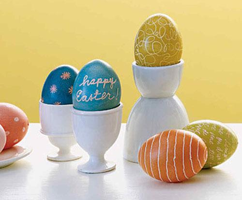 оригинальное окрашивание яиц на Пасху с помощью воска 2