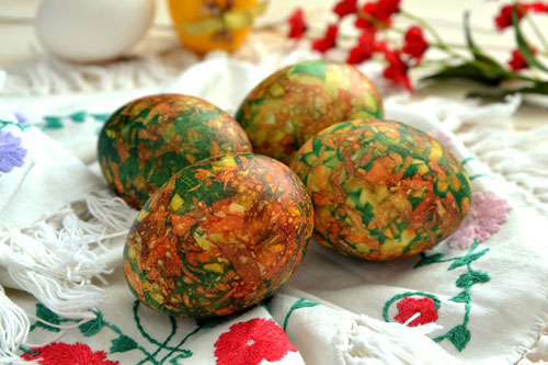 как красить яйца на Пасху луковой шелухой и зеленкой 3
