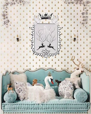классическая детская комната для мальчика с гербом