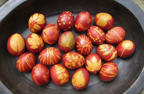 оригинально красим яйца на Пасху с помощью луковой шелухи и листьев