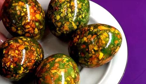как красить яйца на Пасху луковой шелухой и зеленкой 2