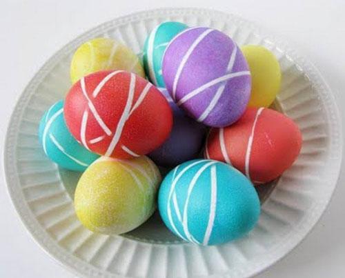 оригинальное окрашивание яиц на Пасху с помощью резинок
